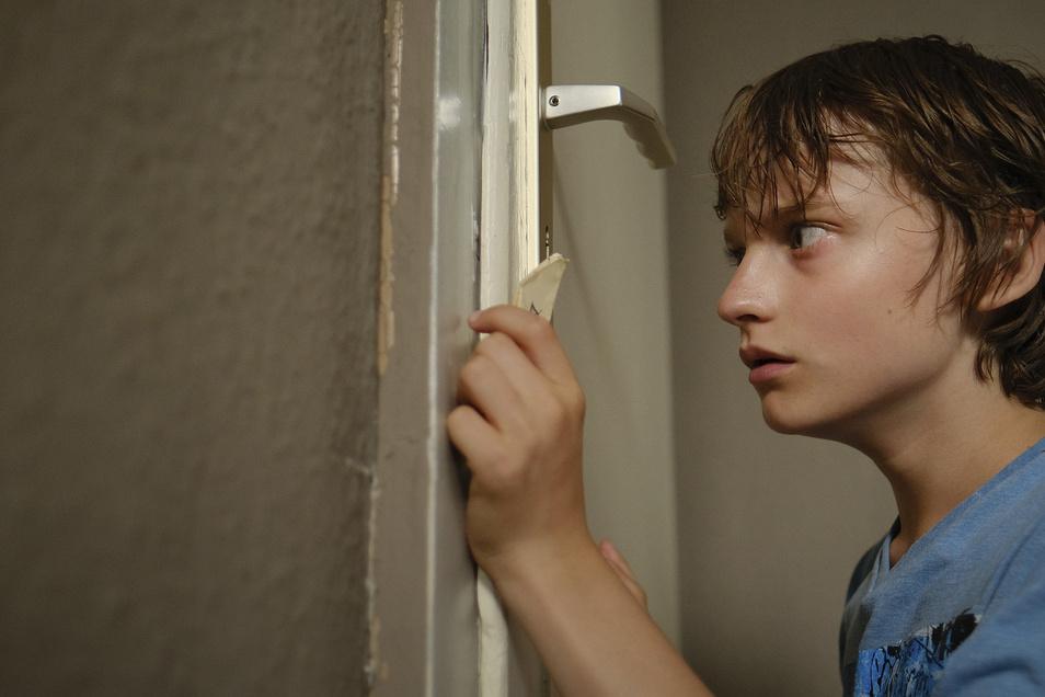 Ängstlich beobachtet Tim (Claude Heinrich) aus der Speisekammer die Situation, die sich auf der anderen Seite der Türe abspielt.