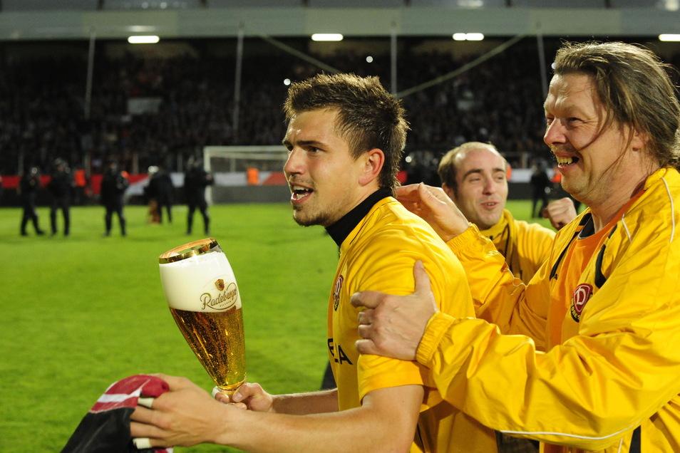 Benjamin Kirsten (l.) weiß, worauf es für einen Aufstiegstorwart ankommt. 2011 war er Dynamos Nummer eins – und feierte nach dem 3:1-Sieg in der Relegation beim VfL Osnabrück.