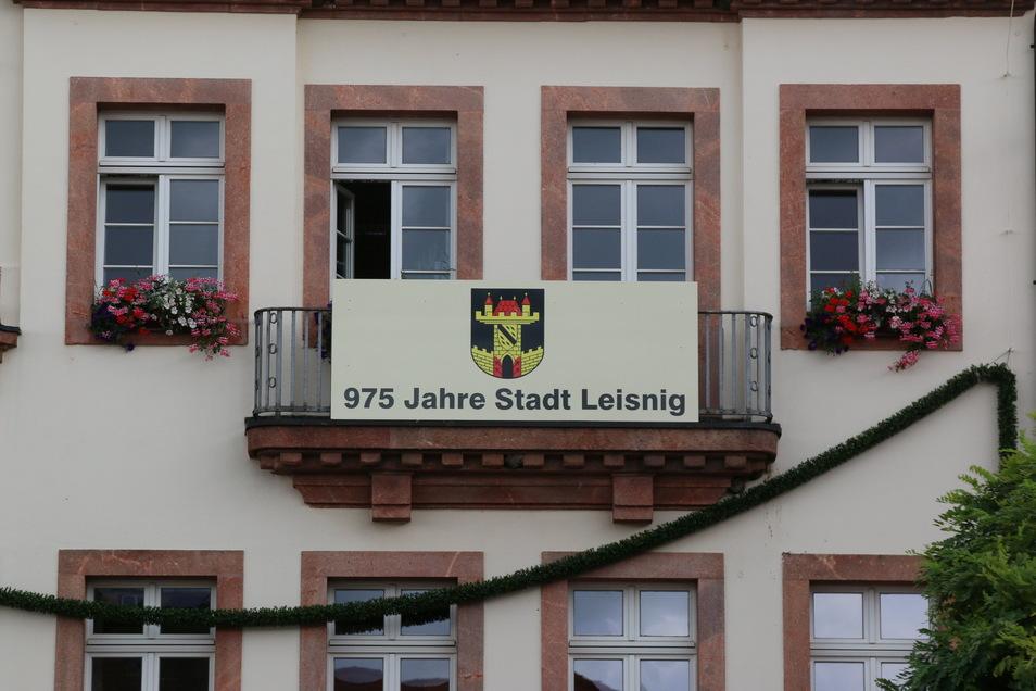Grüne Girlanden und ein Banner mit der Aufschrift 975 Jahre Leisnig sowie dem Stadtwappen schmücken seit ein paar Tagen das Rathaus in Leisnig. Damit zieht auch die Kommune in Sachen Festschmuck nach. Eine Jubiläumsfeier gibt es nicht.