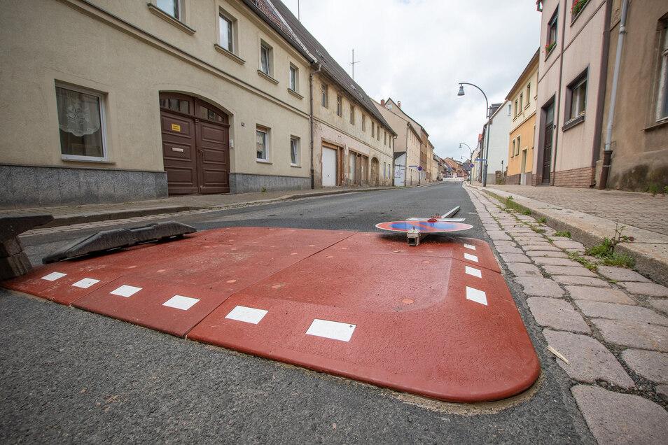 Berliner Kissen auf der Nossener Straße in Roßwein: Mit diesem Kunststoff-Hindernis sollen Kraftfahrer gezwungen werden, langsamer in Richtung Innenstadt zu fahren.