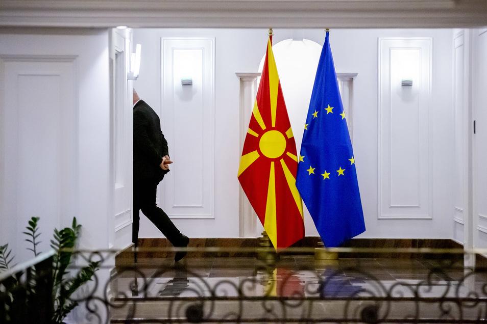 Die Flaggen von Nordmazedonien (l) und Europa. Das Land könnte bald der EU beitreten, ebenso wie Albanien.