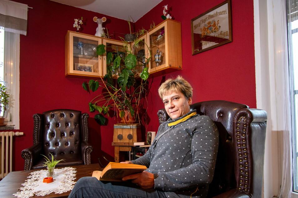 Bettina Fischer, Inhaberin der Bauernstube Ostrau, hat in der Gaststätte eine Relax-Ecke eingerichtet, in der die Gäste in gemütlicher Atmosphäre ein Buch lesen oder ein Glas Wein trinken können.