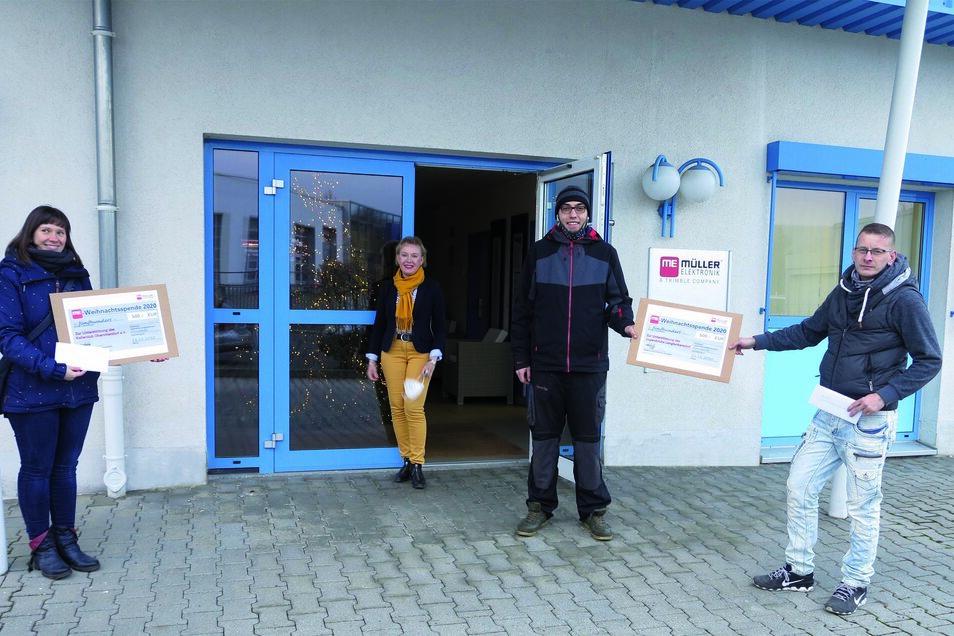 Scheckübergabe auf Abstand: Marketingleiterin Pia Schwaar (hinten), Sabine Berger vom Kellerclub (links) sowie Erik Hänsel (3.v.l.) und Michael Horvath beide vom Jugendclub Langbuerkersdorf.