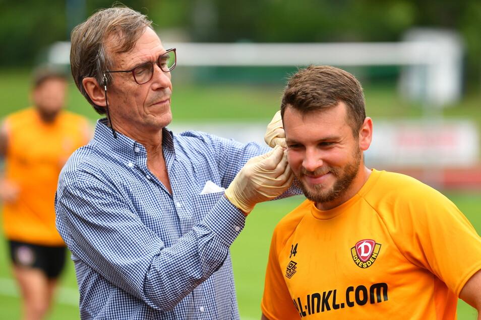 Justin Löwe muss sein Ohrläppchen hinhalten, damit Sportwissenschaftler Stefan Mücke dem Dynamo-Profi Blut abnehmen kann
