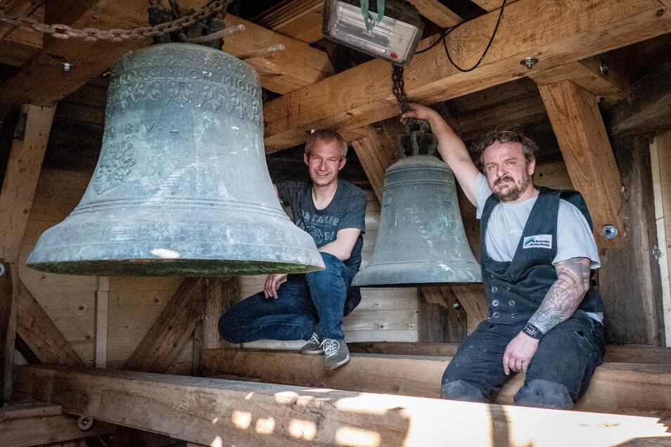 Die Altenhofer Kirchenglocken müssen auch Ostern 2021 noch schweigen, weil die Arbeiten im Glockenturm nicht abgeschlossen werden konnten. An den Restaurierungen sind auch die Handwerker Bernd Eulitz (links) und Heiko Riedel beteiligt.
