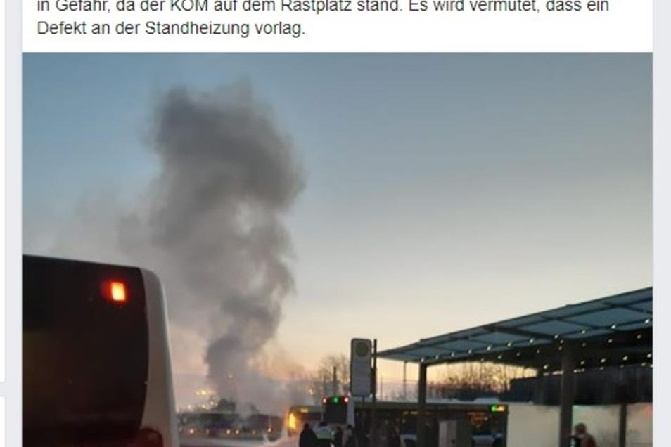 Deutlich zu erkennen: Aus einem am Meißner Busbahnhof abgestellten Bus der VGM steigt Rauch auf.