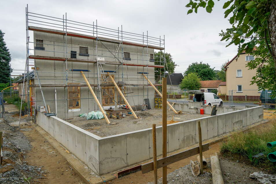 An das bestehenden Gebäude, einen ehemaligen Landwarenhandel, baute die Gemeinde eine neue Fahrzeughalle an.