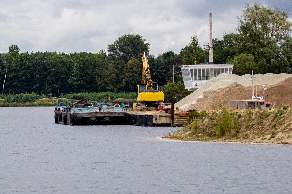 An dieser Stelle am einstigen Regattaturm wird das Material zur Verladung auf die Arbeitsschiffe gelagert. Hier begann die Rundfahrt der Besuchergruppen.