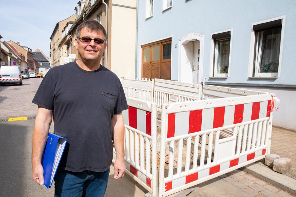 """Dirk Mehler muss als Bauamtsleiter der Stadt Roßwein laufende Bauarbeiten wie hier auf der Nossener Straße begleiten und neue vorbereiten. Außerdem kümmert er sich noch um eine """"Altlast"""": die Schadensbeseitigung in der Stadtsporthalle."""