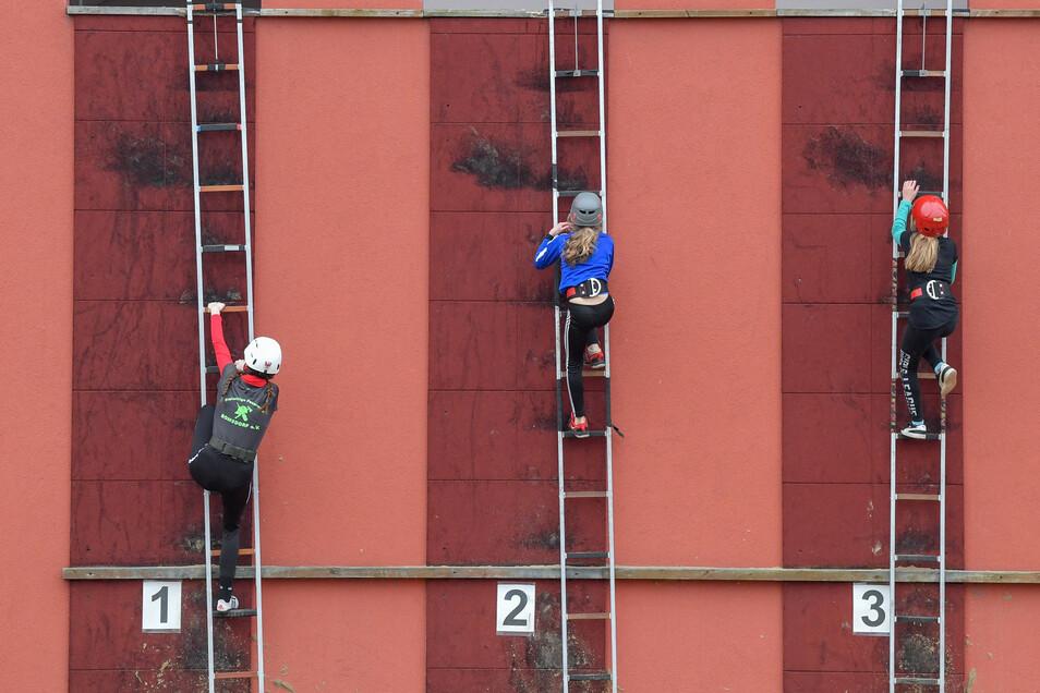 Ein Kraftakt ist das Neujahrssteigen für den Feuerwehr-Nachwuchs in Jänschwalde. Sie nutzen dafür den Übungsturm der Werksfeuerwehr des Braunkohlekraftwerks.