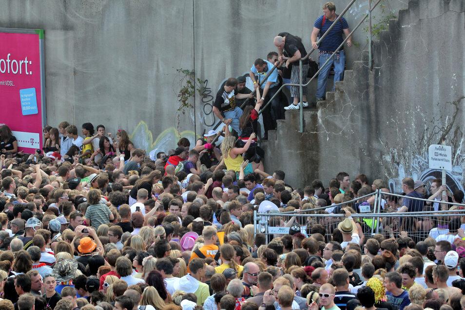 Kurz vor dem Unglück bei der Loveparade am 24.07.2010 stehen Menschen dicht gedrängt an einem Tunnelausgang.