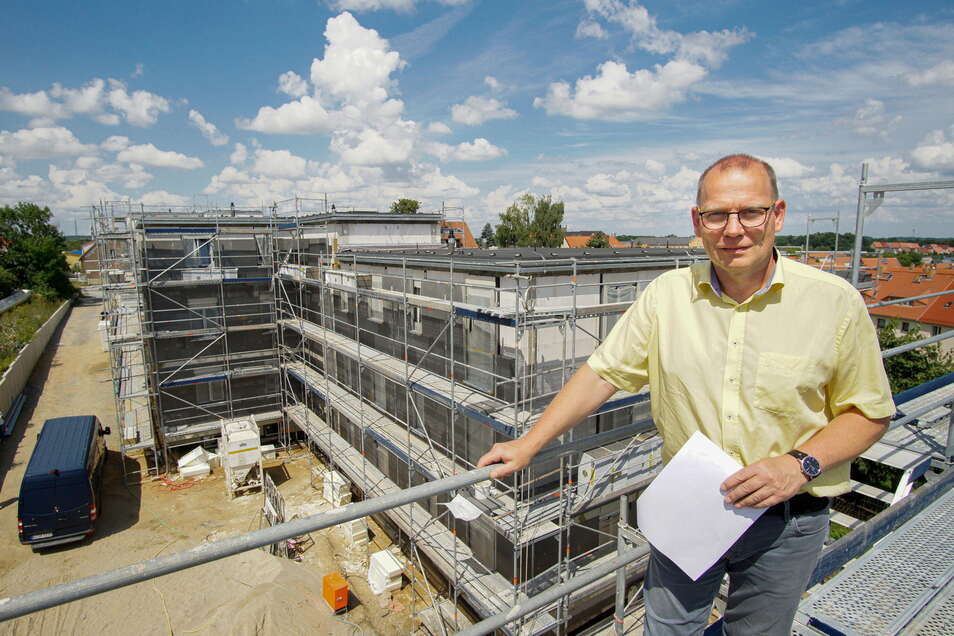 Kai Hübner, der Technische Leiter der Bautzener Wohnungsbaugesellschaft zeigt die neuen Häuser in der Flinzstraße, im kommenden Frühjahr sollen die ersten Wohnungen bezogen werden können.