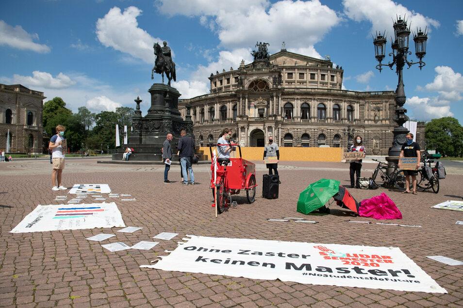 Bereits im Juni machten Studierende auf dem Dresdner Theaterplatz auf die unzureichenden Hilfsmaßnahmen für Studenten in finanzieller Notlage aufgrund der Corona-Krise aufmerksam.