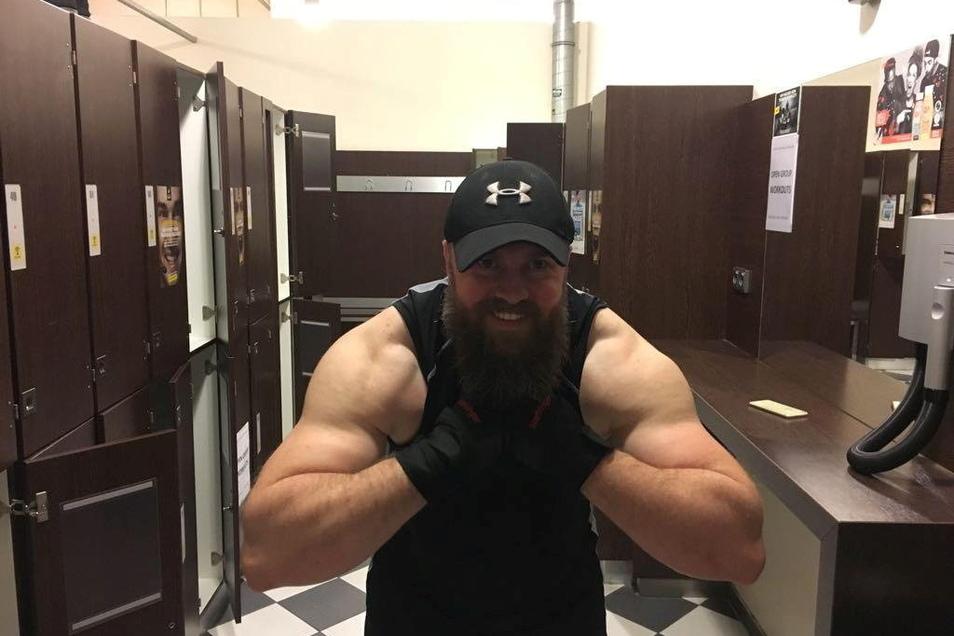 Leander Wagner lässt seine Muskeln spielen. So sah der Kraftsportler und Karatetrainer noch vor einem Jahr aus.