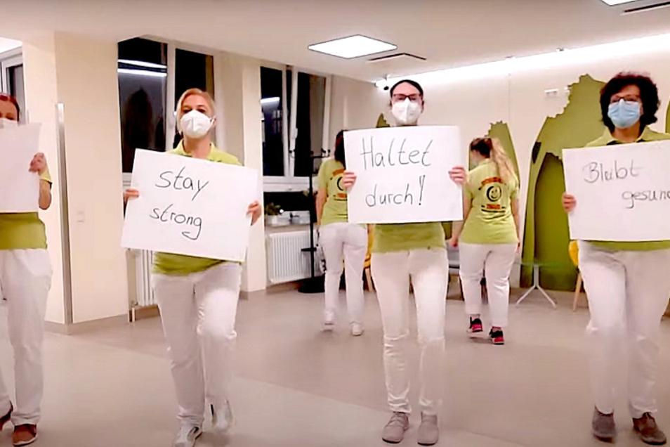 """Mitarbeiter des Cottbuser Carl-Thiem-Klinikums bei ihrem Beitrag zur """"Jerusalema Dance Challenge"""" mit Botschaften nicht nur an die derzeit von ihnen Betreuten. Das komplette Video gibt's auf https://www.youtube.com/watch?v=v2h8mUD4t0o."""