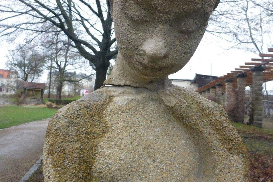 Beschädigung der Skulptur in der Friedenshöhe.