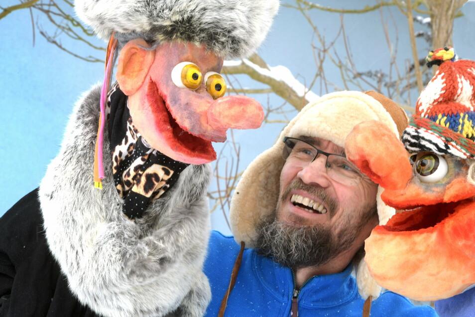 Puppenspieler Lutz Männel mit Horst und Berta, die in Youtube-Filmen über Corona diskutieren.