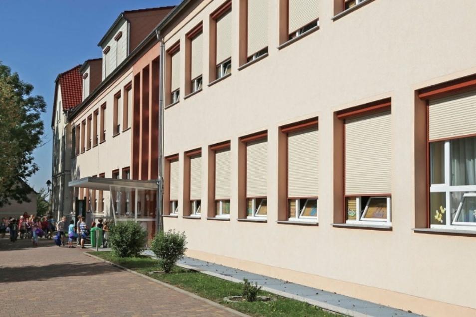 Hinter diesen Mauern darf gern gespielt werden. Die Zeithainer Grundschule wurde jetzt vom Kultusministerium gewürdigt.