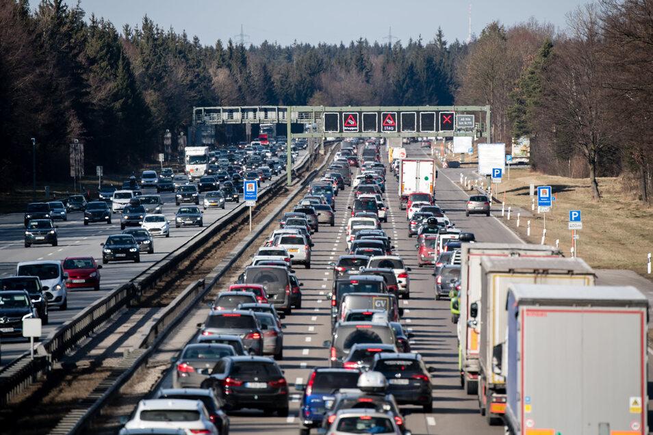 Die Zahl der zugelassenen Autos ist in Deutschland in einem Jahr um eine Million auf 65,8 Millionen gestiegen.