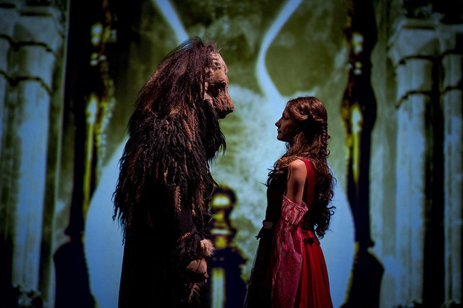 Gleich werden sie tanzen: Leon, das Biest (Philpp Scholz), und Belle, die Schöne (Martha Pohla).