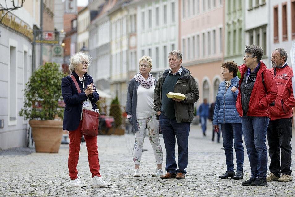 Monika Knechtel (l.) führte Ende Mai eine Gruppe Touristen durch die Altstadt von Görlitz. Damals kamen wegen der Corona-Pandemie nur wenige Touristen in die Stadt.