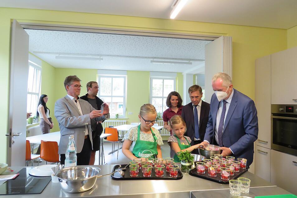 Die neuen Kochinseln in der neuen Lehrküche wurden gleich in Beschlag genommen. Da ließ sich auch Staatsminister Thomas Schmidt (rechts) nicht zweimal bitten.