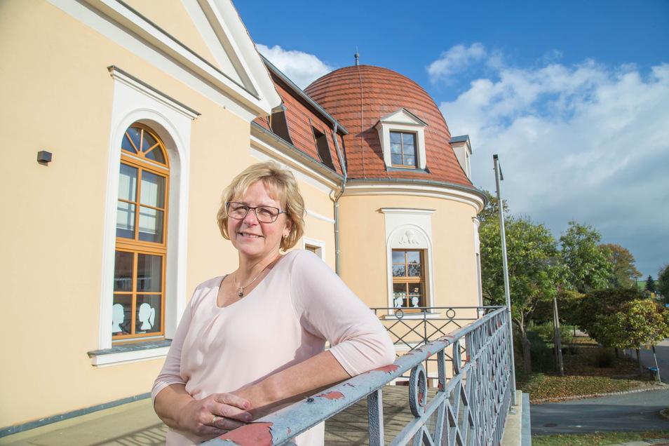 Die Freude ist Kerstin Wilke anzusehen. Sie ist die Leiterin der Grundschule Hohendubrau im Schloss Gebelzig. Ihre Schule ist das erste Haus in Gebelzig, das mit einem Gigabit per Glasfaser versorgt wird.