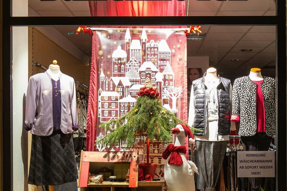 Bei Laufsteg Moden Michel war die Weihnachtsgans Auguste Gast im Schaufenster.