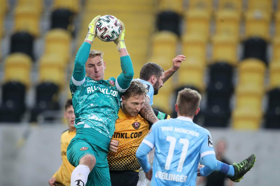 Kevin Broll hat den Ball sicher. Und mitten im Getümmel: Dynamos Abwehrchef Marco Hartmann, der bei seinem Comeback überzeugen konnte.