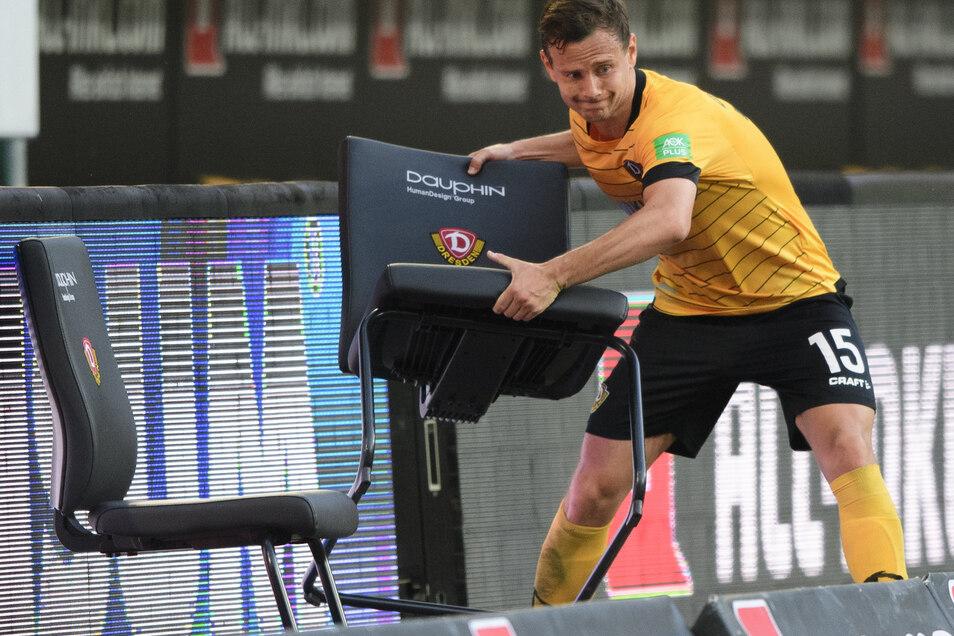 Wütend reagiert Chris Löwe hier nach der 0:1-Niederlage gegen den Hamburger SV am 31. Spieltag der Saison 2019/20 - damit waren Dynamos Chancen auf den Klassenerhalt auf ein Minimum gesunken.