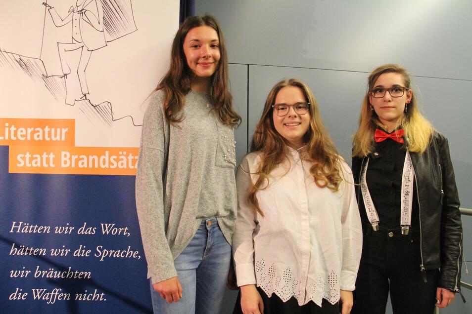 """Anna Smolinski (l.) und Judith Katona (r.) gewannen beim Literaturwettbewerb """"Arrive"""" die Jury-Preise. Annika Zimmermann bekam den Publikumspreis."""