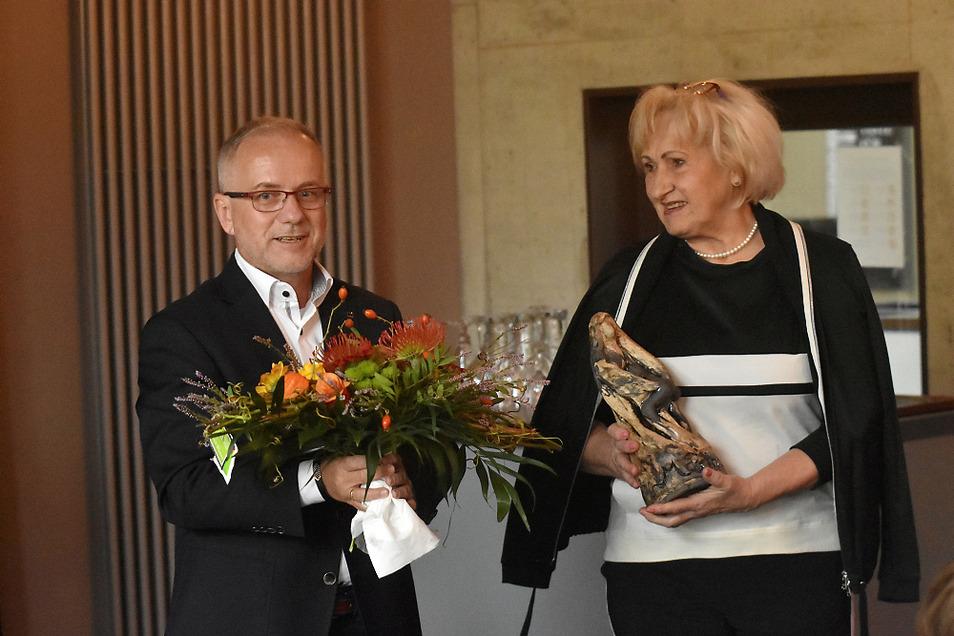 """Blumen und die Plastik """"Martha"""" – eine jede ein Unikat – gab es von Oberbürgermeister Stefan Skora für Evelin Graf."""