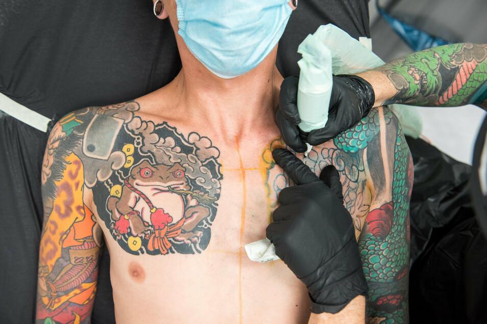 Farbige Tattoo-Motive könnten bei einem Verbot bestimmter Pigmente der Vergangenheit angehören.