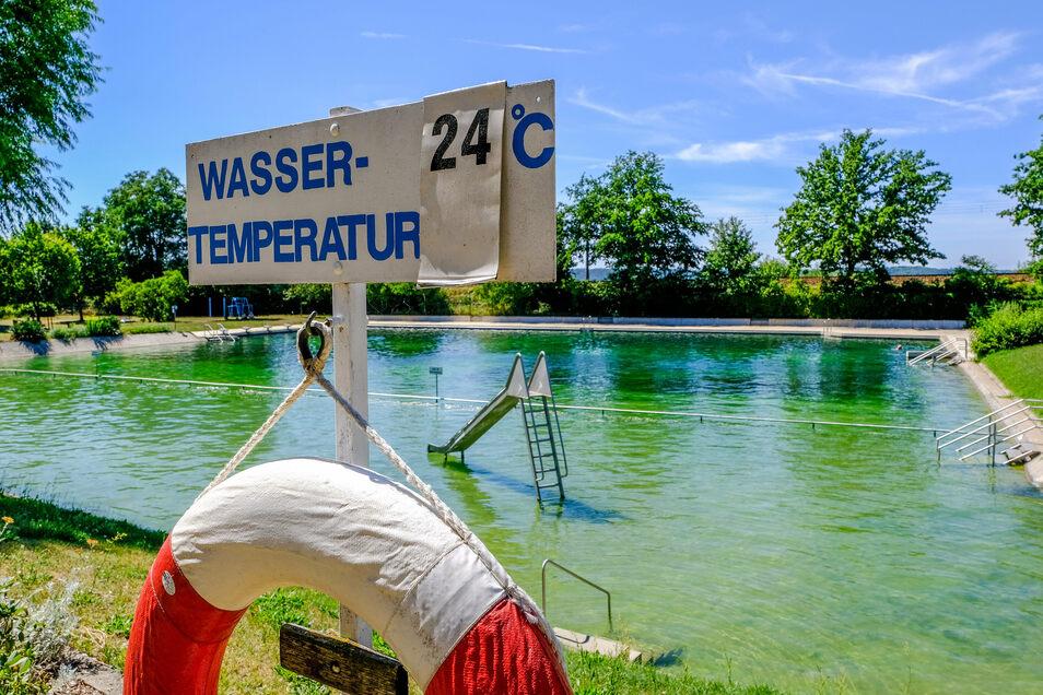 Im vergleichsweise kleinen und flachen Elbgaubad in Weinböhla ließ die Sonne die Wassertemperaturen am Wochenende schnell steigen.