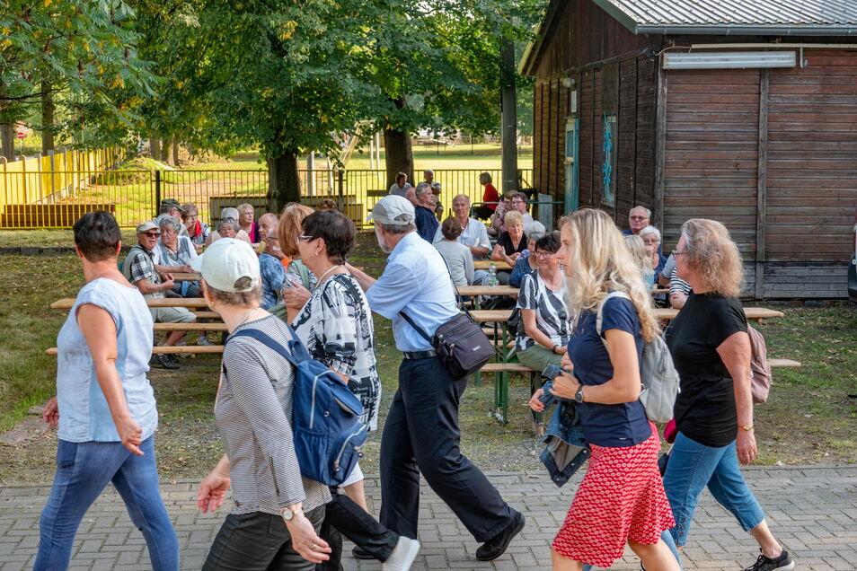 Junge und alte Besucher strömten am Freitag und Sonnabend nach Canitz, um bei der Mondscheinführung dabei zu sein.