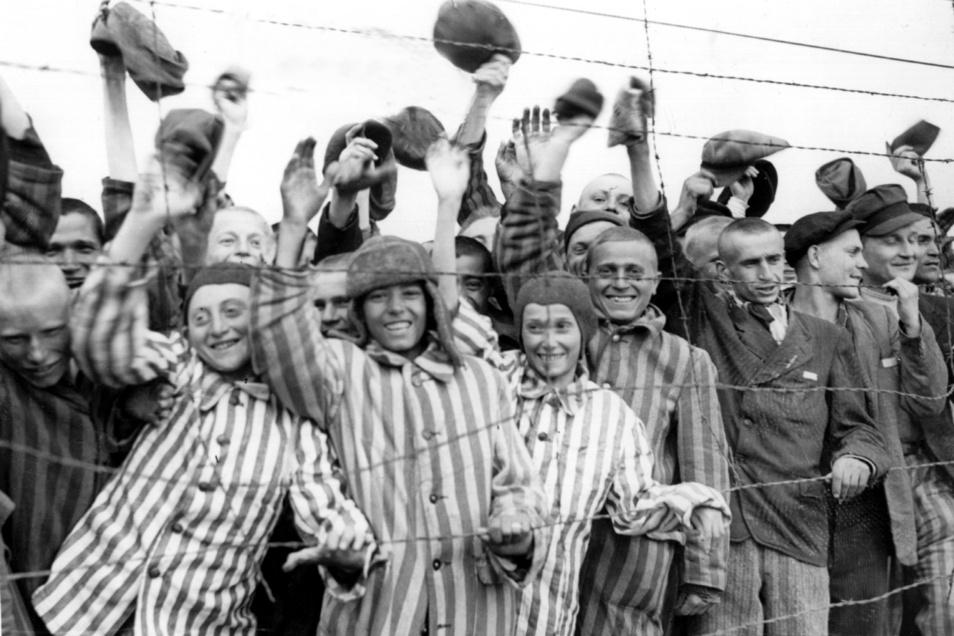 Nach der Befreiung des Konzentrationslagers Dachau durch amerikanische Truppen jubeln die Insassen ihren Befreiern zu. US-amerikanische Soldaten befreiten am 29.04.1945 mehr als 30.000 Menschen aus dem Lager.