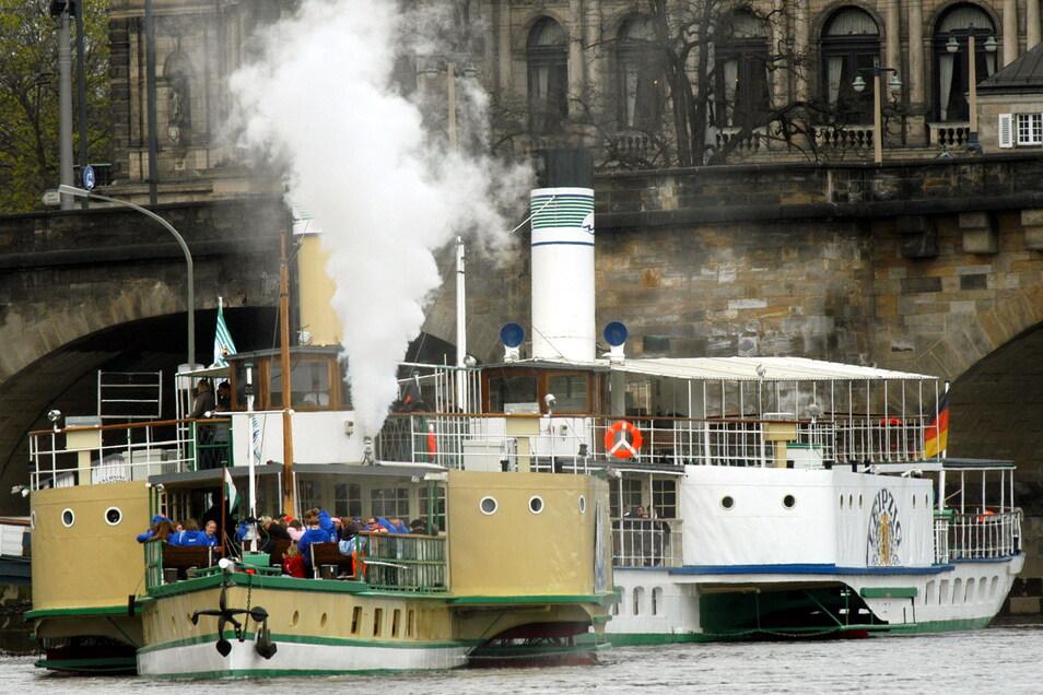 Dieses Foto ist 17 Jahre alt. Es zeigt den Dampfer Wehlen (l.) beim Ablegen am Terrassenufer - mit funktionierender Dampfpfeife.