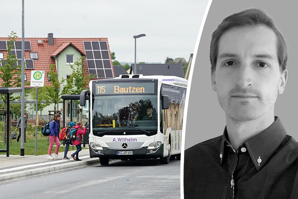 Ein Bus hält am Schulzentrum in Gaußig. Das Foto entstand vor etwa einem Jahr. Zurzeit fahren kaum Schüler mit dem Bus, die Eltern müssen aber trotzdem für das Ticket bezahlen. Marcus Fuchs vom Kreiselternrat hat dazu eine klare Meinung.