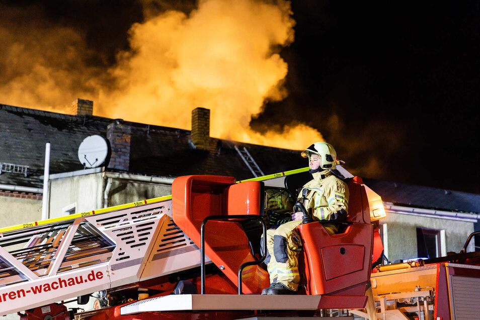 Nur über eine Drehleiter war es den Einsatzkräften möglich, an den Dachstuhl zu gelangen.