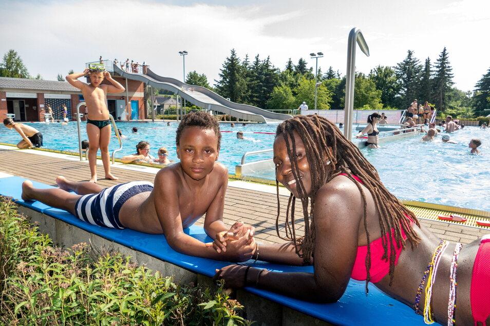 Joseline Amutuhaire-Ondrusek genießt im Freibad Gebersbach das schöne Wetter mit ihrem Sohn Tukesiga.