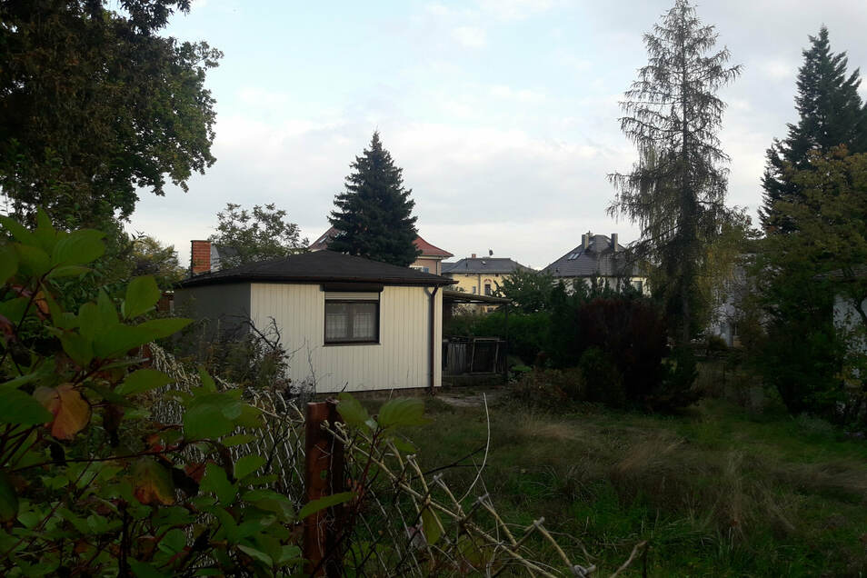 Ein kleines Gartenhaus (Foto) wurde abgerissen, ein größeres Wohnhaus soll dort gebaut werden. Die Nachbarn beschweren sich über das Bauen in der zweiten Reihe.