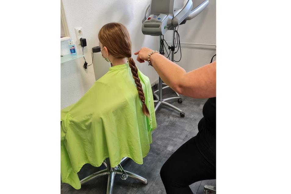 So lang sind die Haare von Elena, bevor sie der Schere zum Opfer fallen.