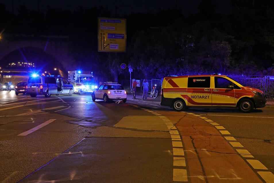 Rettungskräfte an der Unfallstelle in Dresden.