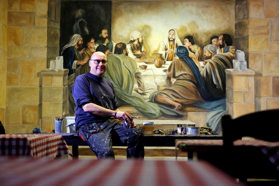 Der Wandmaler Uwe Gloge-Häntschel aus Bischofswerda stellt gerade im Kamenzer Restaurant La Piazza eine Szene aus dem letzten Abendmahl im kleinen Gastraum fertig.