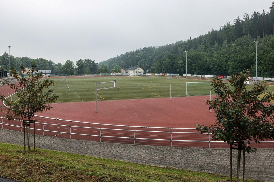 Der Kunstrasen im Stadion in Schmiedeberg ist zerschlissen und benötigt eine Erneuerung. Das Geld dafür hat die Stadt Dippoldiswalde eingeplant.