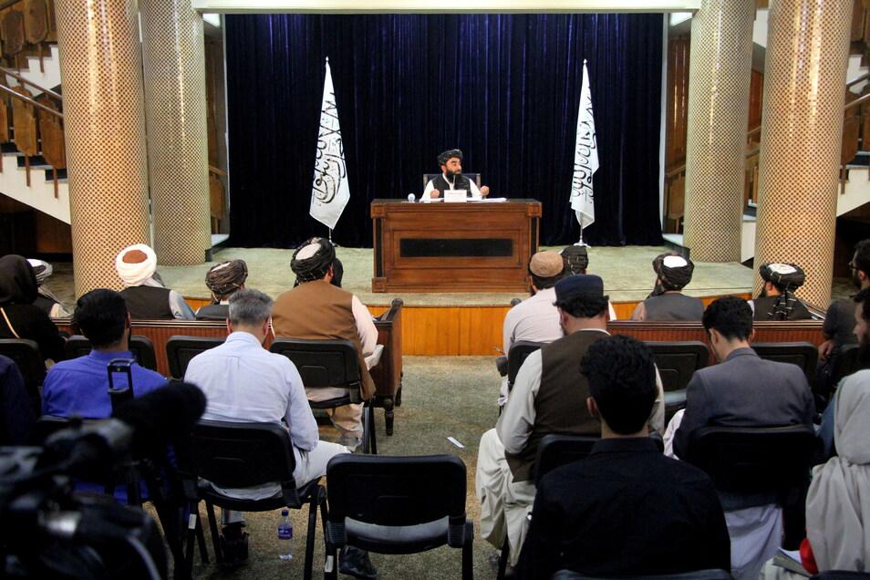 Afghanistan, Kabul: Taliban-Sprecher Zabihullah Mujahid spricht während einer Pressekonferenz.