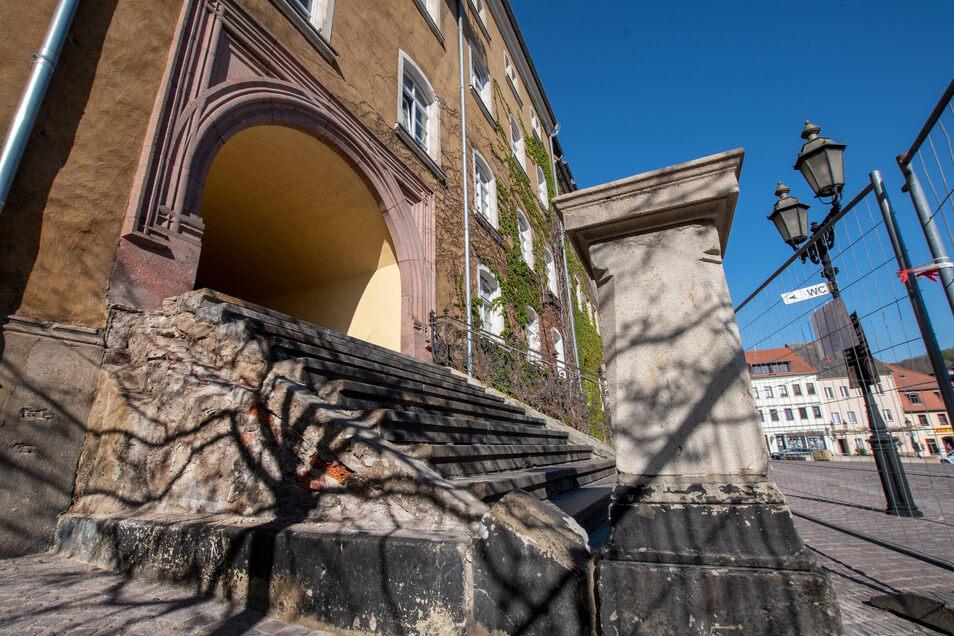 Die Treppe zum sogenannten Brautloch neben dem Haupteingang des Roßweiner Rathauses ist gesperrt. Die Anlage ist so marode, dass die Kommune nicht um eine Sanierung umhinkommt.