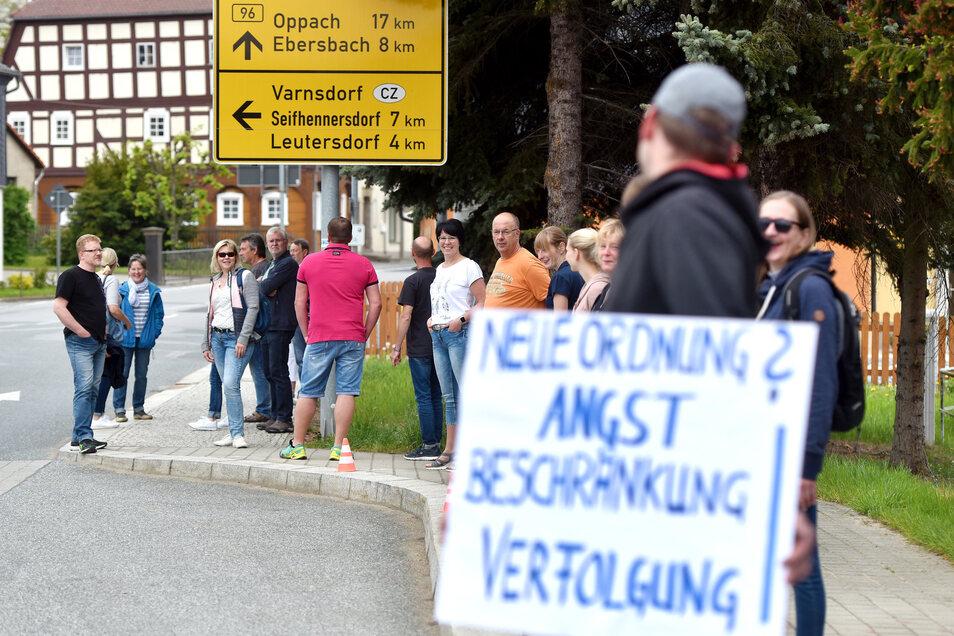 Ein Bild vom Sommer 2020: Corona-Protest an der B96 in Eibau. Dort zählte die Polizei am jüngsten Sonntag 40 Personen.