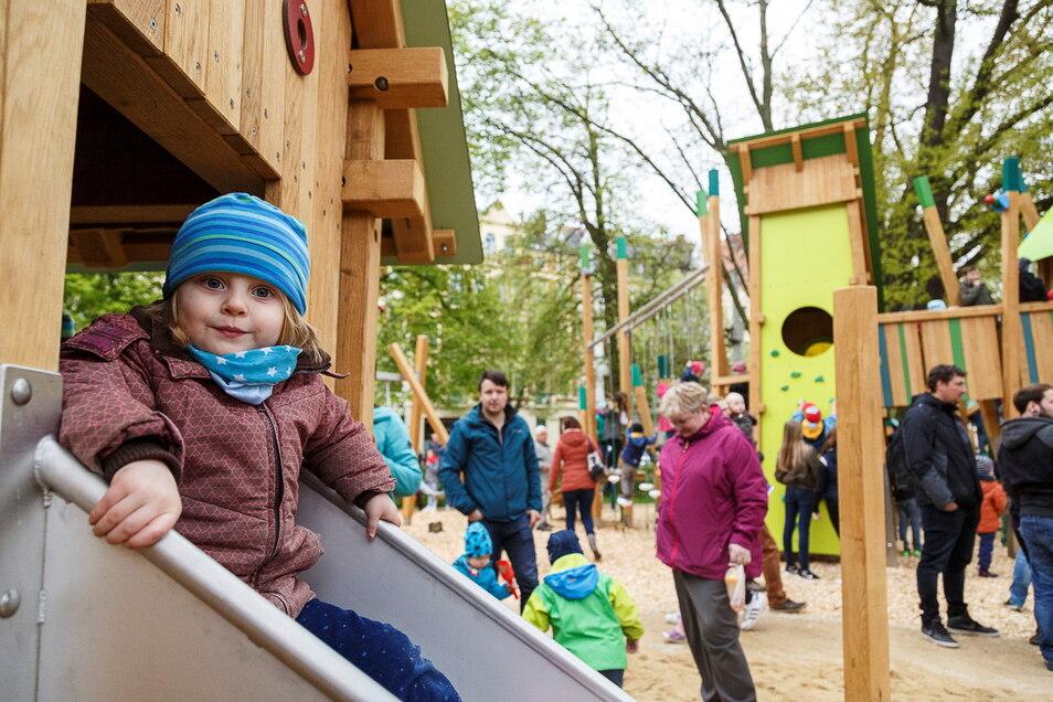 """Riesenandrang herrschte zur Eröffnung des Spielplatzes """"Vogelhäuser in den Bäumen"""" auf dem August-Bebel-Platz in der Görlitzer Südstadt im Mai 2017. Eine Kinderjury durfte hier die Gestaltung des neuen Spielplatzes mitbestimmen."""