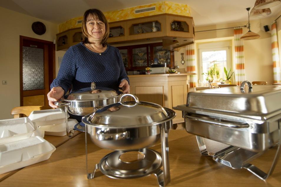 Andrea Dreßler, Inhaberin von Meyers Gaststätte in Großenhain, rüstet sich bereits wieder für die nächste Festtagsproduktion. Nach Weihnachten bietet sie einen Abholservice auch für Silvester an.